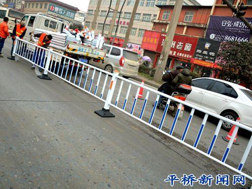明港镇增设道路隔离护栏助推交通安全管理工作