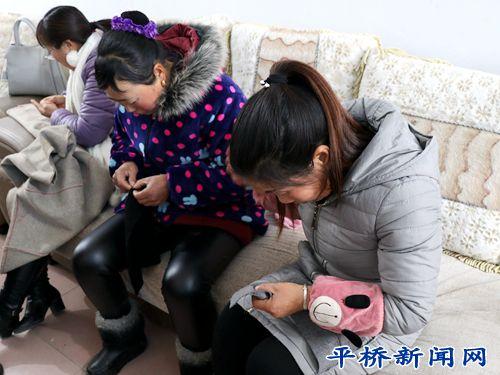 龙井乡:巧媳妇一针一线编织服装梦